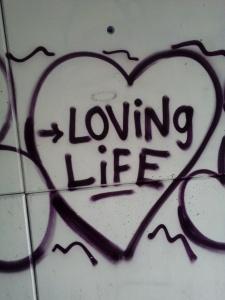 Grafitti med teksten loving life. Det er ikke alltid vi føler det sånn, men litt hjelp tror jeg mange kan ha et stabilt liv.